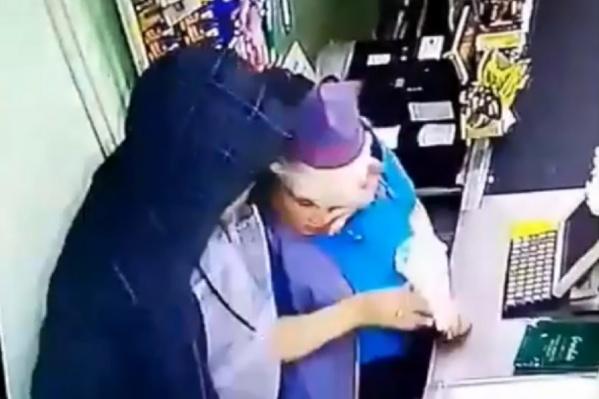 Мужчина подошел к женщине, схватил за голову и начал наносить удары