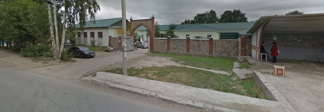 Так это место выглядело раньше. Если бы не памятник, было бы очень трудно вспомнить, что вообще-то это территория скандальной мечети «Рахман», работавшей здесь с 2004 года, где частенько бывали ФСБ и полиция. Ее имама осудили за экстремизм