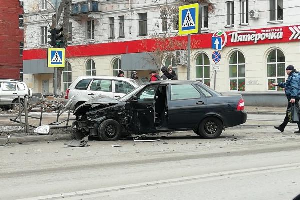Удар пришёлся в водительскую часть Priora
