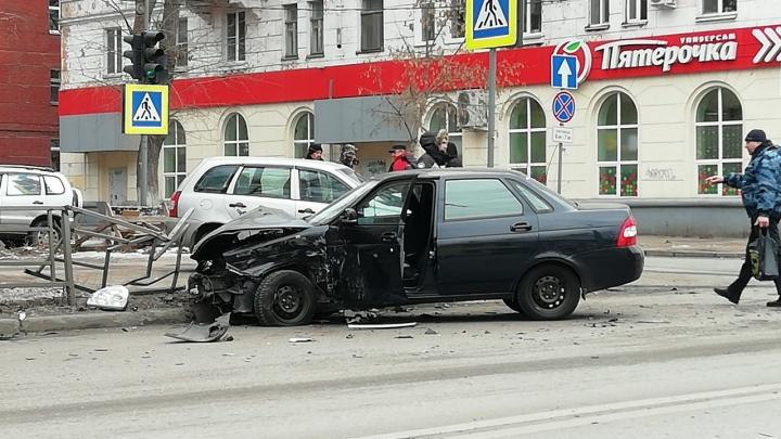 «Машину отбросило в сторону»: на проспекте Металлургов Kalina протаранила Priora