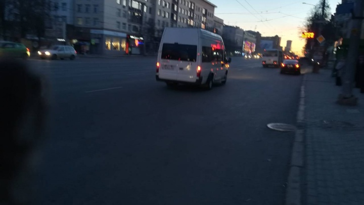 «Кричал, что зарежет ножом»: водитель челябинской маршрутки заблокировал пассажиров в салоне