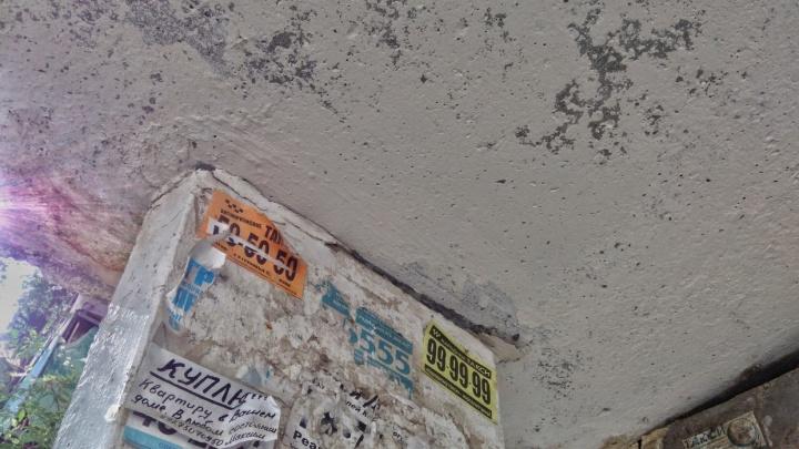 На юге Волгограда ремонт расклеившегося козырька отложили на конец лета