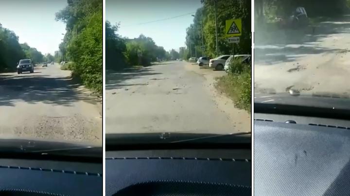 Омичи возмутились состоянием дороги по улице Блюхера — мэрия заявила, что её отремонтируют в августе