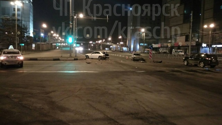 «Поле битвы»: неработающий светофор в центре за два часа собрал 5 автомобилей