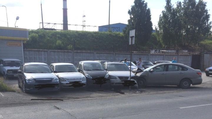 «Стало плохо за рулём»: 79-летний пенсионер вылетел на парковку и подмял машины в Челябинске