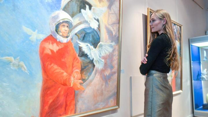 Гагарин в фарфоре и графике: в Екатеринбурге открылась выставка о космонавтике