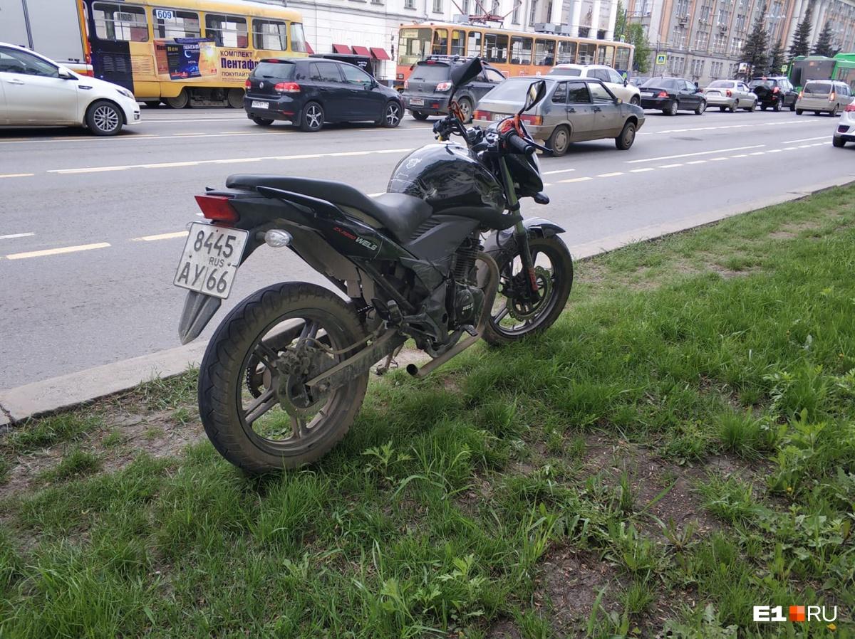 По словам очевидцев, легковушка при перестроении наехала на мотоциклиста