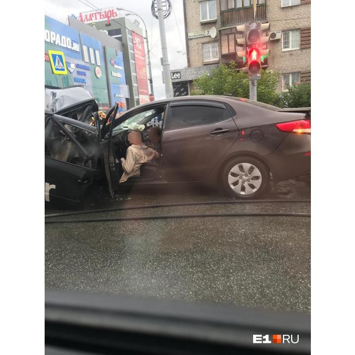 Двое погибших, трое пострадавших: вся информация о ДТП с пятью машинами на Малышева