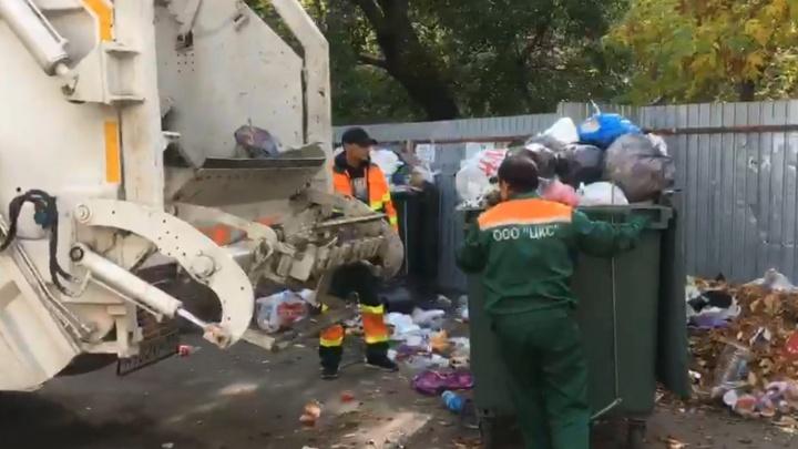 «Работаем медленно, но есть причины»: смотрим из кабины мусоровоза, как Челябинск приводят в порядок