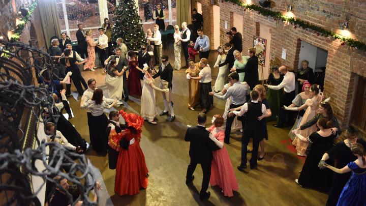 Всё как в XIX веке: в центре Екатеринбурга устроили бал для любителей танцев и пасьянса