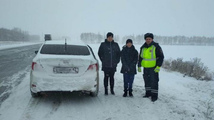 Сотрудники ДПС помогли водителю с двумя детьми вытащить машину из кювета