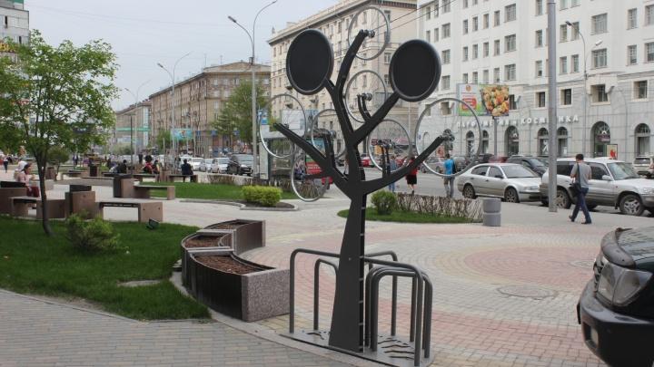 В сквере у площади Ленина появилась велопарковка — возле нее стоит Land Cruiser