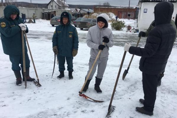 Спасатели с косами, несмотря на то, что вся трава уже под снегом