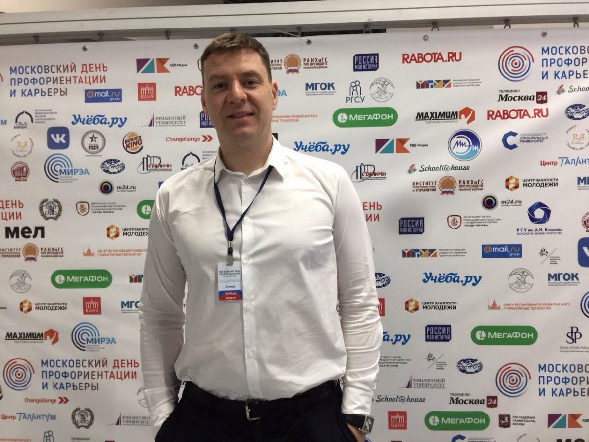 Генеральный директор«Компьютерной Академии Шаг» Павел Специан отмечает, что обучение в ней строится исключительно на практических задачах