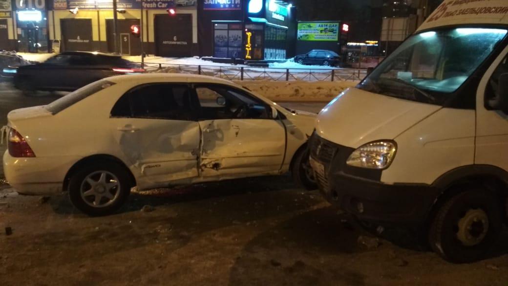 На пересечении улиц маршрутка столкнулась с автомобилем Toyota Corolla