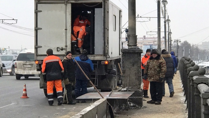 Омич, который протаранил столб на Комсомольском мосту, будет возмещать ущерб