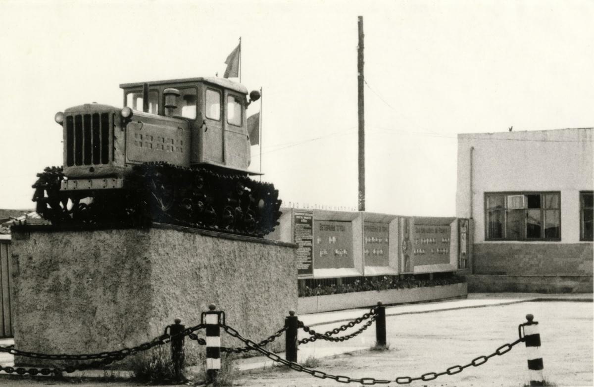 Трактор-памятник ДТ-54 на постаменте