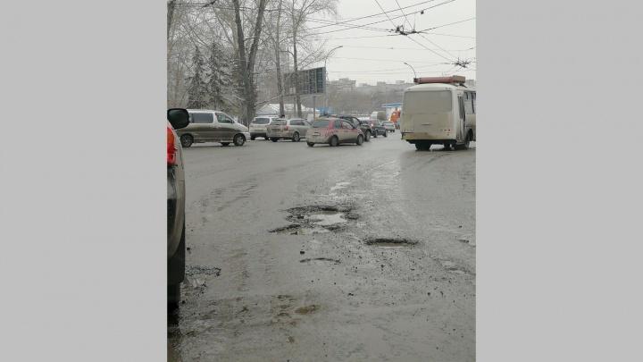 «Где дороги?»: рядом с площадью Энергетиков появилась опасная яма