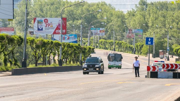 По перекрытому Коммунальному пропускают личные авто с красивыми номерами