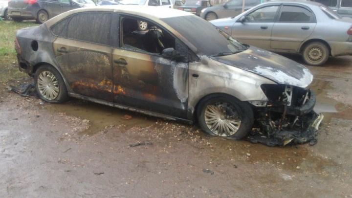В Башкирии у многодетного таксиста сгорела машина, на которой он работал