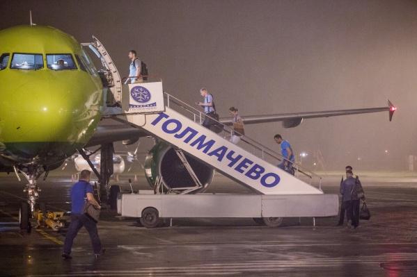 Самолёту пришлось развернуться обратно в Толмачёво после часа пути. После того как больного пассажира забрали врачи, самолёт дозаправили и отправили в Южно-Сахалинск