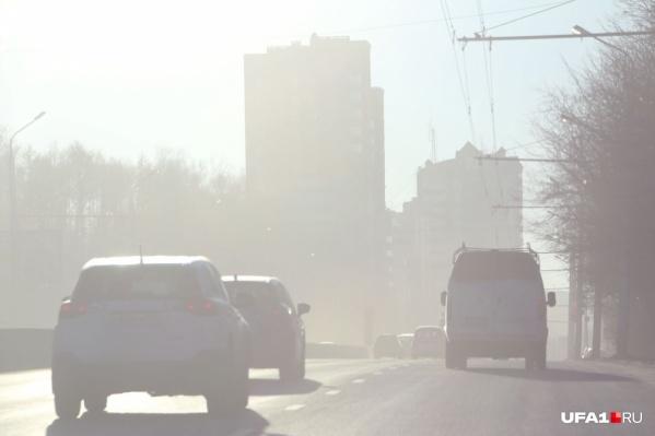 Пока что в Уфе снегом не пахнет — дома, машины и тротуары припорошены пылью