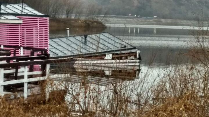 В Нижнем Новгороде затонул дебаркадер. По Оке разлилось топливо