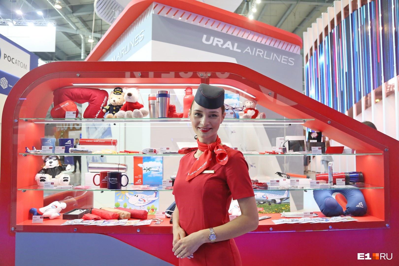 Начать экскурсию стоит со стенда «Уральских авиалиний». Здесь можно получить в подарок надувные игрушки и присмотреть симпатичную подушку для сна в самолете перед отпуском