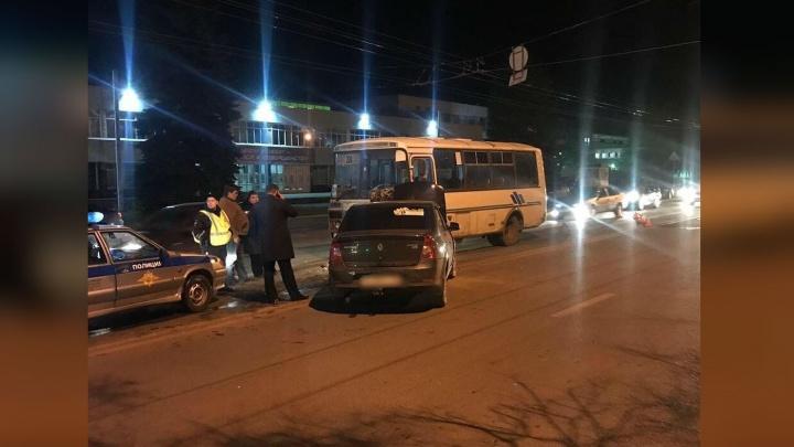 В Уфе пьяный водитель легковушки протаранил маршрутку: пассажиры автобуса получили травмы