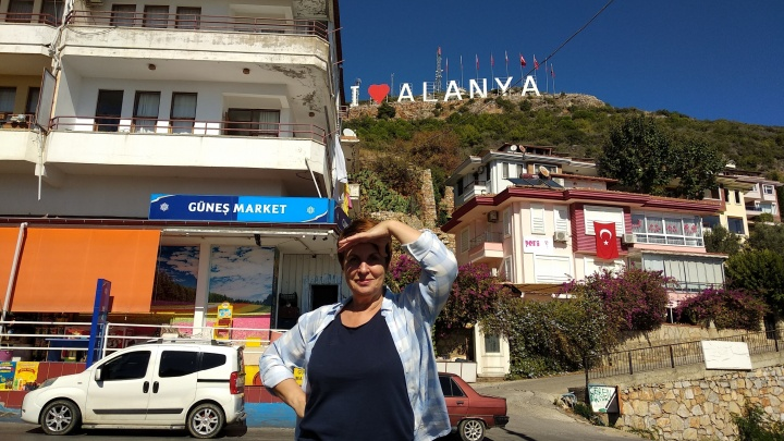 Выйти на пенсию, умчать к морю и купить дом. История тюменки, вместе с мужем переехавшей в Турцию