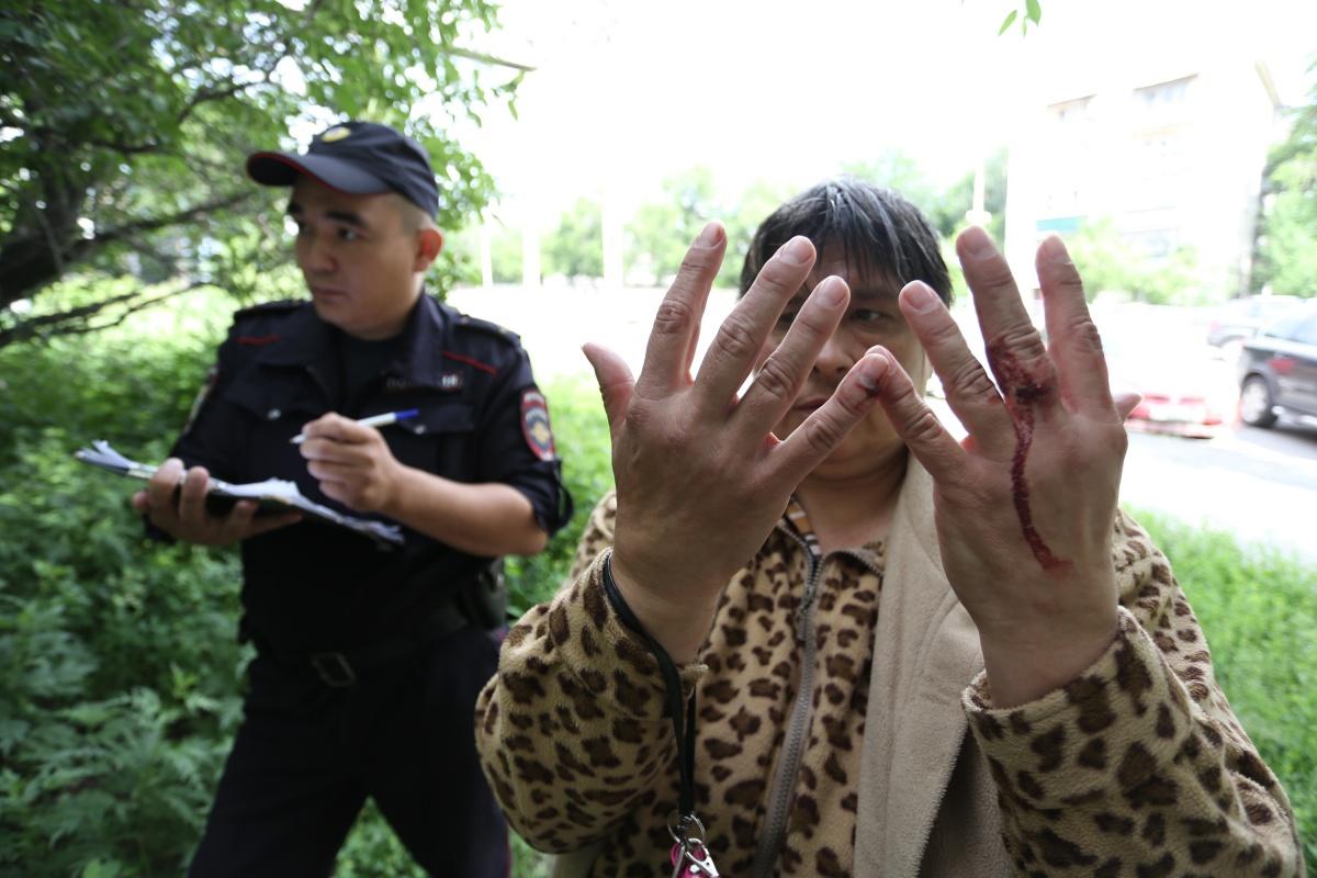 В одну из жительниц кинули камнем