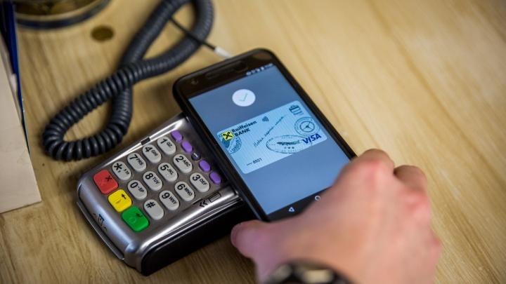 Новосибирцы начали платить за покупки с помощью телефонов на Android
