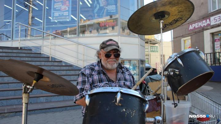 «Всю жизнь пробарабанил»: история одного из самых популярных уличных музыкантов Омска