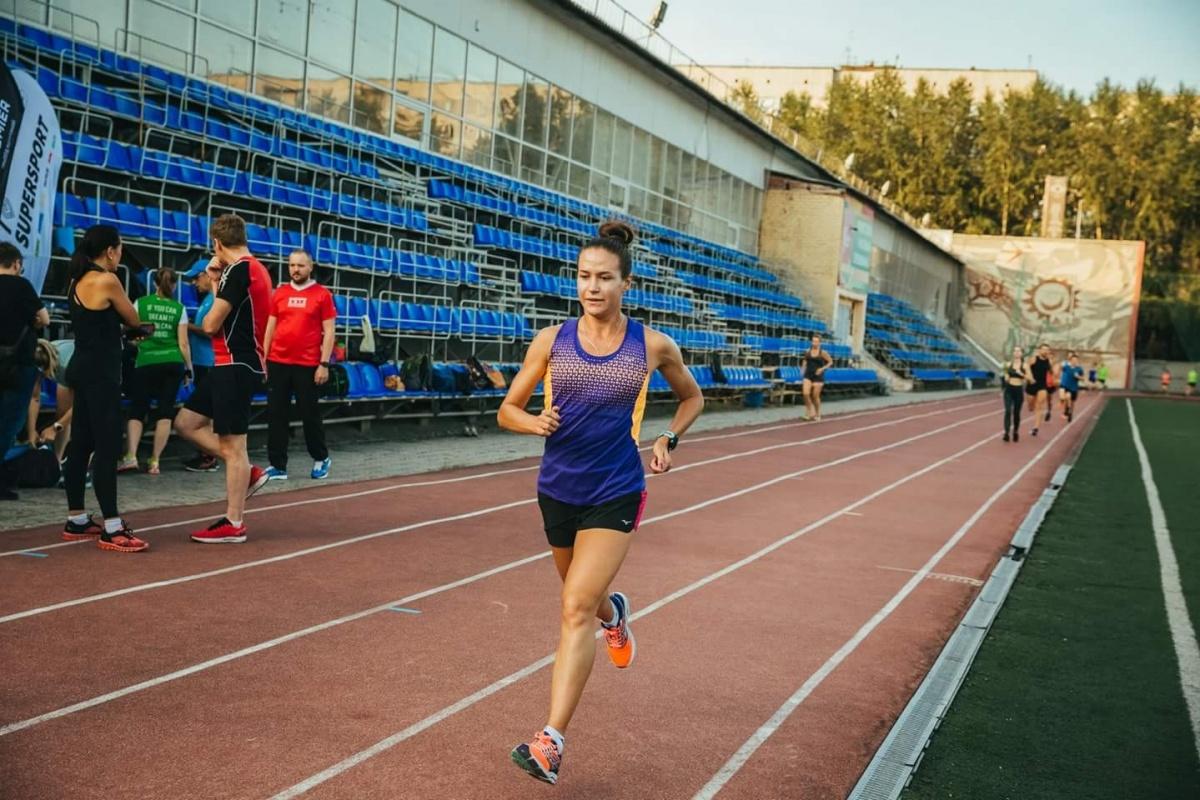 Девушка часто участвует в марафонах