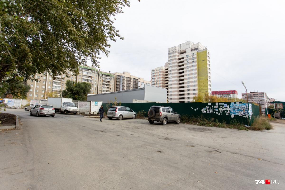 Место будущей стройки находится между высоткой и гаражным кооперативом