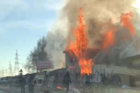 Продавцы пытались вынести часть товаров из огня