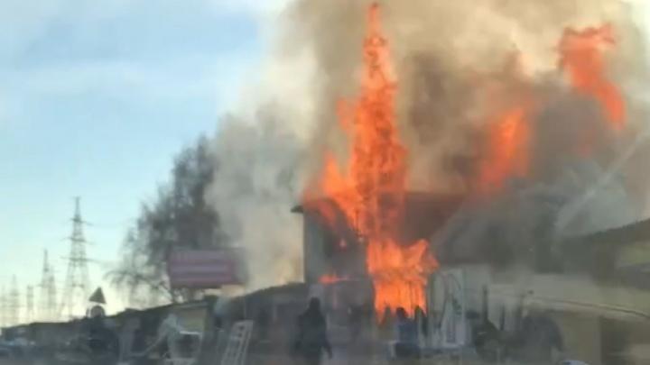 В Самарской области сгорели придорожные магазины со стройматериалами