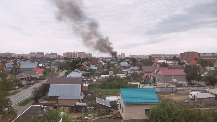 Дым видно за километры. В Тюмени горели баня и надворные постройки