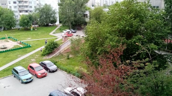 «Что-то выпало на машину из окна»: очевидец рассказал, что произошло на улице Кропоткина