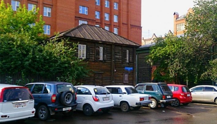 Активистка пробралась в исторический дом Ленина и ужаснулась заваленному доверху мусором двору