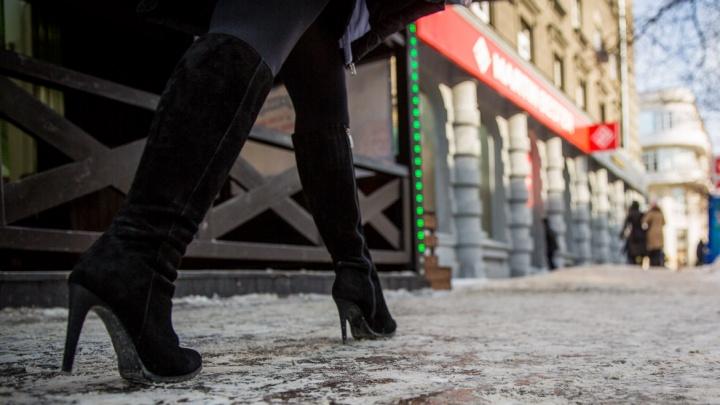 Смотри под ноги: МЧС предупредило пешеходов об опасном гололеде
