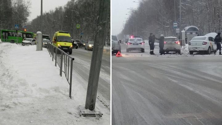 В аварии с «Яндекс.Такси» на улице Дружбы в Тюмени пострадала шестилетняя девочка