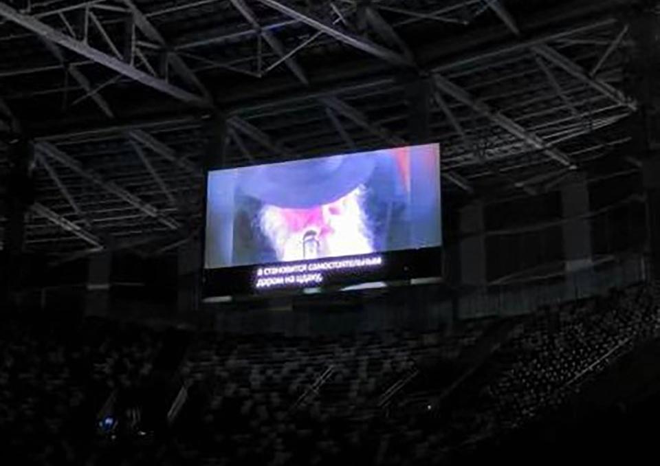 Поздравления, как и все происходящее, транслировали на больших экранах