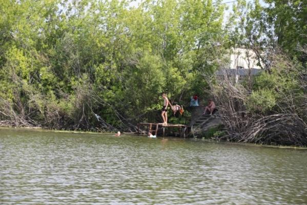 Запрещающие таблички в жару любителей водных процедур не останавливают