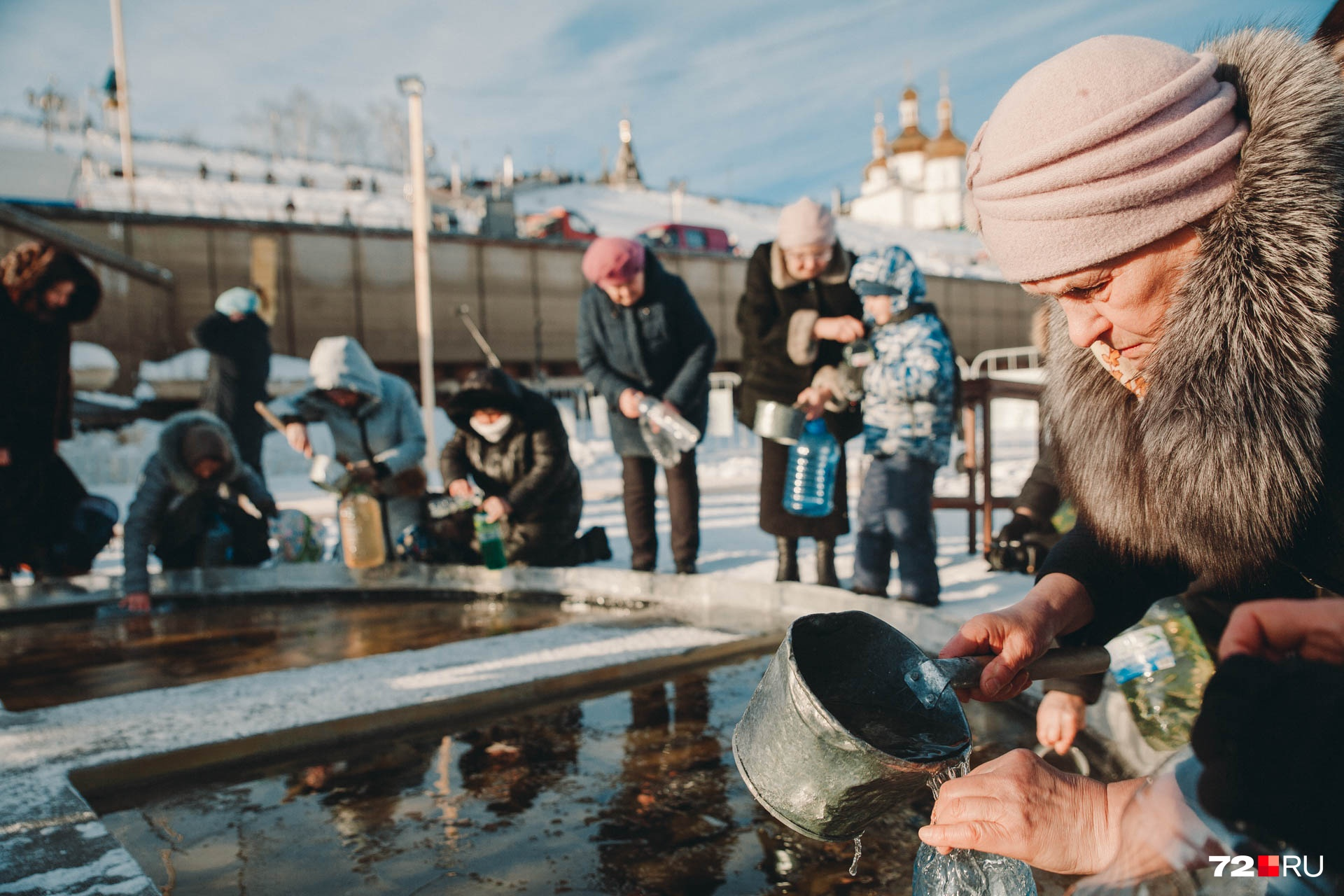 А еще многие верующие принесли с собой специальную тару для святой воды. Некоторые набирали освященную владыкой воду в пятилитровые бутылки