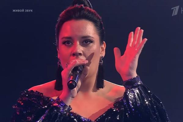 Ирина вместе с коллегой по команде исполнила песню «Бледный бармен» группы «Рондо»
