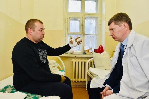 Боец Росгвардии Михаил Немтинов и губернатор Прикамья Максим Решетников в больнице