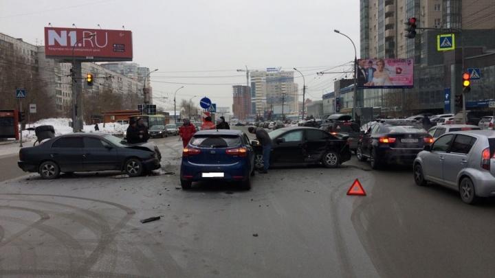 Авария с тремя машинами перегородила улицу Фрунзе: собирается пробка