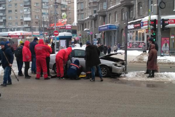 Очевидцы сообщают, что под машиной оказалась женщина