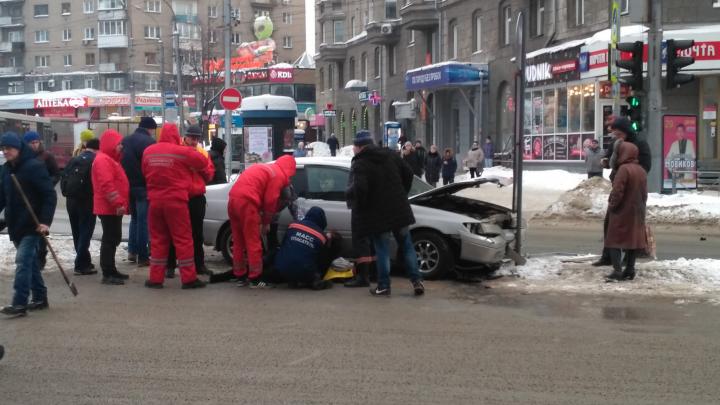 Седан влетел в пешеходов на площади Калинина рядом с островком безопасности